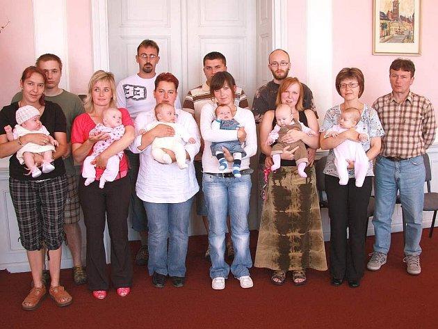 Vítání občánků ve Slavonicích - na snímku jsou Mikuláš Fuka, Karolína Kuncová, Jana Dvořáková, Jáchym Kosta.
