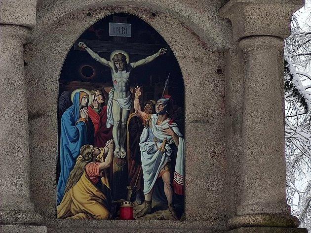 Křížová cesta ke kostelu svatého Jakuba vJindřichově Hradci. Pán Ježíš umírá na kříži.