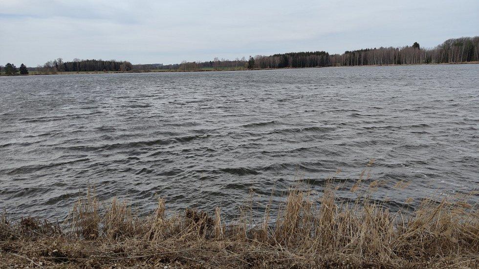 Na Velikonoční pondělí do jižních Čech dorazil silný vítr. Na snímku poryvy větru zvedaly vlny u rybníku Hroch Velký u Jindřichova Hradce.