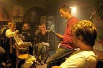Autorské čtení v jindřichohradeckém DADA clubu.