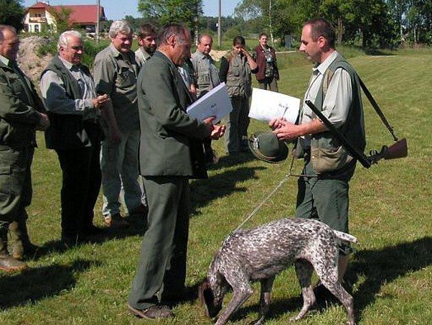 Na snímku předává vrchní rozhodčí Pavel Šablatura  diplom vítězi skupiny ohařů Miroslavu  Kosovi.