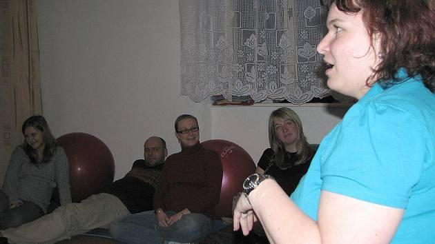 Lucie Knapíková (na snímku) má v jednom kurzu většinou kolem čtyř, nejvíc však tak šest maminek, ve středu byli přítomní také budoucí tatínkové.