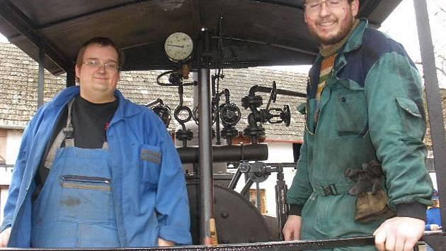 Zdeněk Jirsa (vpravo) a Vlastimil Šalanda z Dačic si splnili svůj dětský sen a mají vlastní železnici.