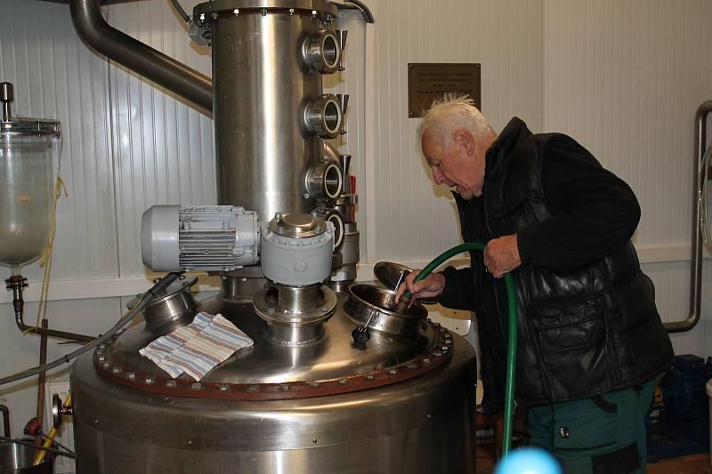 V Samosolech na Jindřichohradecku připravuje lidem pálenku Milan Průša.