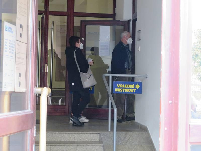 Ve volební místnosti v Komerční bance na Packého náměstí byl hned od 14 hodin frmol.