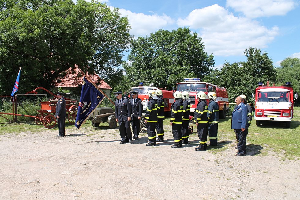 Hasiči z Kunžaku získali zcela nový zásahový vůz. Pokřtili i nový prapor.
