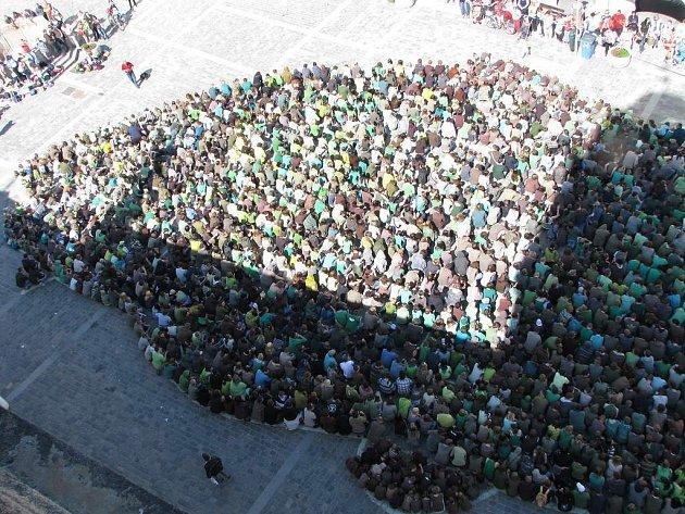 Na třeboňském náměstí vyrostl největší kapr.