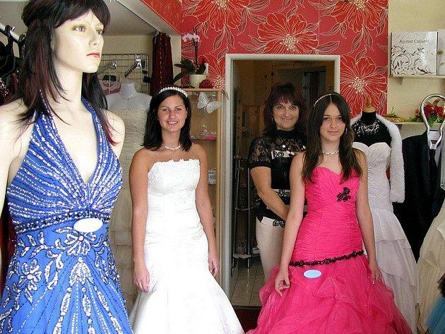 V HONOSNÉ RÓBĚ. Letošním trendem se staly šaty ve stylu princezen.