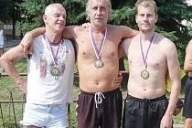 Prvenství v 8. ročníku Velké ceny Jindřichova Hradce v nohejbalu dvojic vybojovalo trio  týmu Netáhla ve složení Jiří Bertl, Karel Knobloch, Jan Dvořák (zleva).