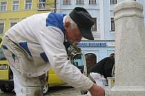 Pracovníci jindřichohradeckého Kamenosochařství Jiří Topič instalují kamenné sloupy.