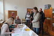 Před sobotním polednem byla účast ve volebním okrsku v mateřské škole v Jáchymově ulici v Jindřichově Hradci kolem 50 procent.