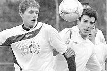 POSILA. V sestavě třeboňských fotbalistů se výborně uvedl defenzivní záložník Milan Šafránek (vlevo, v souboji s benešovským Priknerem), který do lázeňského týmu přišel až během podzimu na hostování z Roudného.