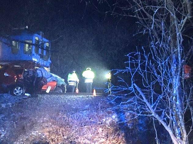 Při střetu osobního auta v osobním vlakem v Třeboni - Holičkách odpoledne poslední den v roce 2016 zemřela dvoučlenná posádka.