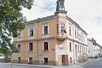 Zdobená fasáda budovy radnice s věžičkou projde citlivou opravou, která zachová historické prvky.