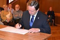 Znovuzvolený starosta Stanislav Mrvka (ČSSD) podepisuje slib zastupitele na ustavujícím jednání zastupitelstva.