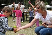 SOUTĚŽE. Děti si sobotu v Kamenném Malíkově opravdu užily, byly pro ně přichystány četné soutěže, například házení míčkem do kyblíku (na snímku). Za soutěže pak děti dostaly odměny.