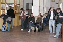 Lidé čekají na odboru dopravy. Ilustrační foto.