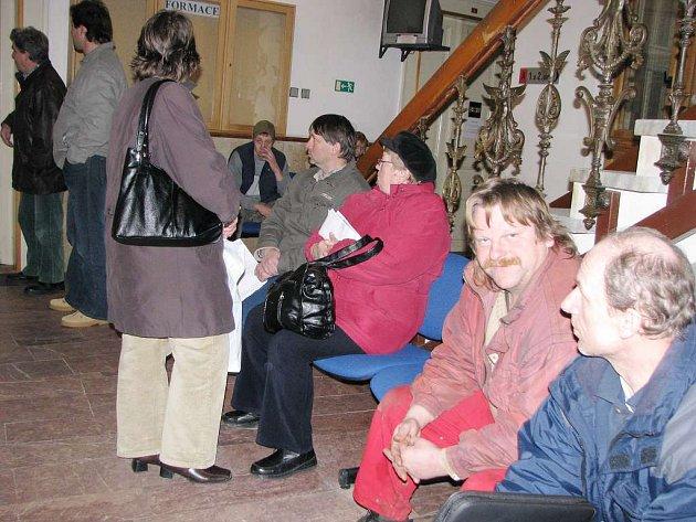 Lidé čekají na odboru dopravy v Jindřichově Hradci.