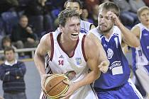Basketbalisté Lions porazili Kladno 85:53. Na snímku Michal Klimeš (vlevo).