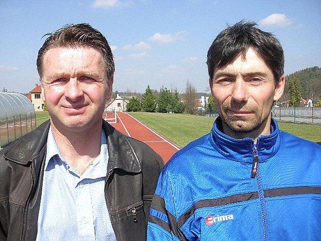 Fotbalisty Dačic vede v jarní části sezony v I. A třídě nový trenér Roman Novák (vlevo), který má společně se svým asistentem Františkem Distlem za úkol udržet tým v této krajské soutěži. Centropen v neděli doma hostí vedoucí Dobrou Vodu (15).