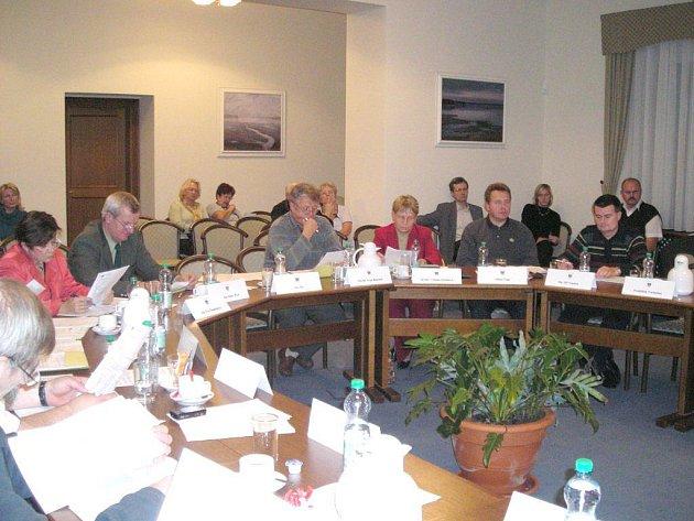 Jednání třeboňských zastupitelů v nových prostorách kasáren.