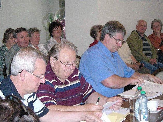 Novým třeboňským zastupitelem se stal v pondělí Jiří Lexa (na snímku vpravo), který nahradil Ivana Bouchala a zaujal jeho  místo vedle zastupitelů Jana Illeho a Jana Hůdy.