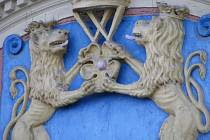 Znak Jindřichova Hradce zdobí bývalou radnici na náměstí Míru.