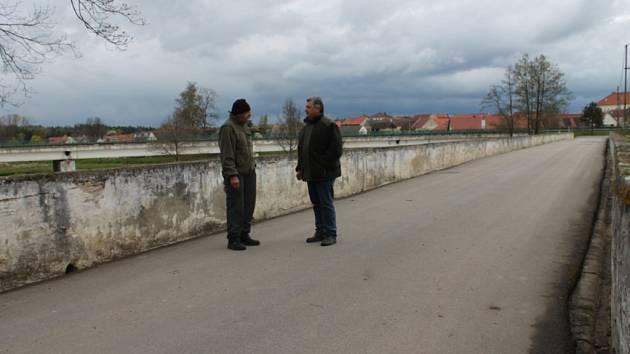 Po starém kamenném mostě povede objížďka u Staré Hlíny před Třeboní.