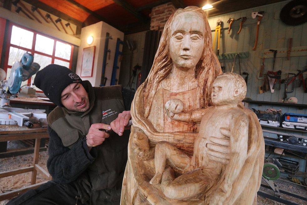 Výtvarník Petr Míšek jr. dokončuje kopii Kájovské madony v Holičkách u Třeboně.