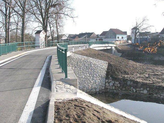 Pohled na zrekonstruované mosty v Lásenici.