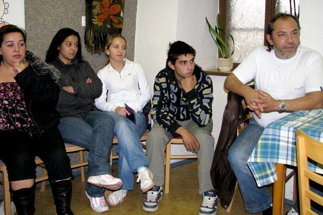 V pátek v podvečer se sešli jindřichohradečtí Romové, aby společně hledali řešení, jak si zajistit bezproblémový vstup na místní diskotéky.
