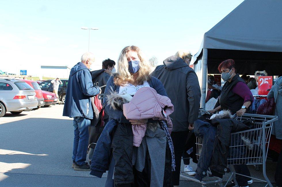 Lidé stáli fronty na nákup v Jindřichově Hradci v pondělí před devátou hodinou.