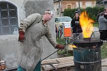 Odlévání zvonu v Hostějevsi.