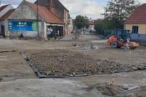 Stavba kruhového objezdu ve Slavonicích začala v červnu, hotovo má být už v listopadu.