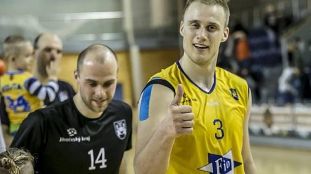 Lukáš Stegbauer (vpravo) a Martin Bašta měli po utkání s Prostějovem velký důvod ke spokojenosti. Basket Fio banka hanácký tým přejela 119:64.