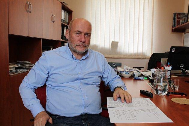 Boris Čajánek, ředitel Jindřichohradeckých místních drah, ukazuje smlouvu na lokomotivu zlistopadu roku 2004.Podepsána byla minulým vedením společnosti.
