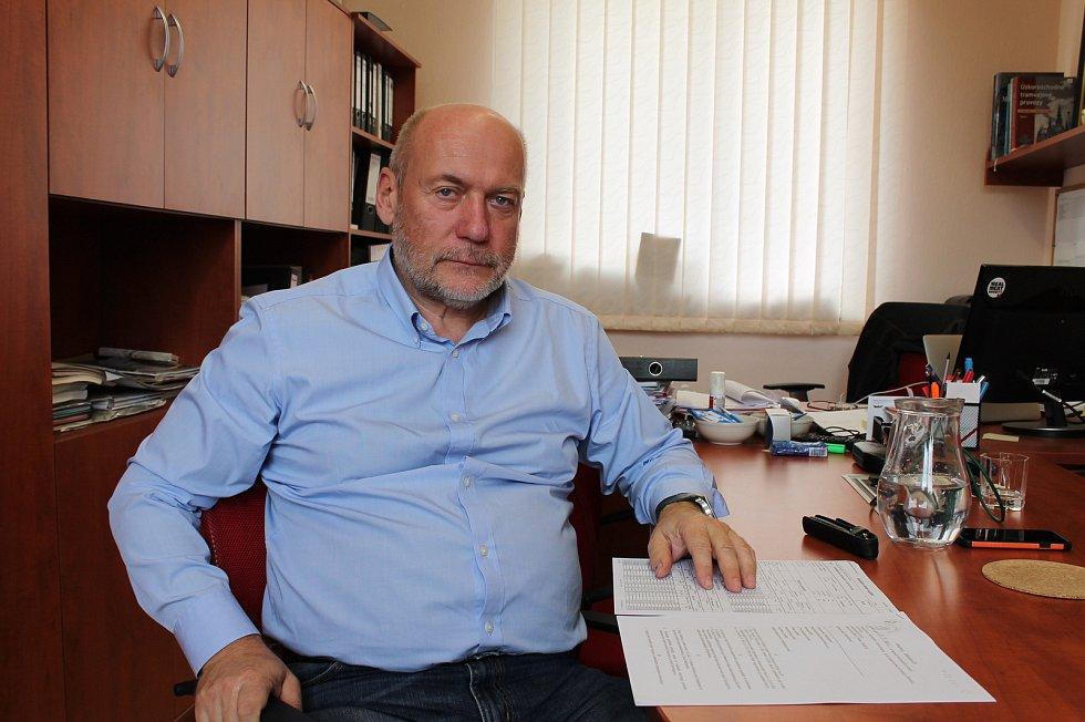 Boris Čajánek, ředitel Jindřichohradeckých místních drah, ukazuje smlouvu na lokomotivu z listopadu roku 2004. Podepsána byla minulým vedením společnosti.