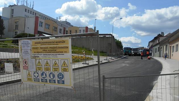 První část druhé etapy opravy Václavské ulice v Jindřichově Hradci skončí za týden.