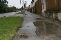 Pohled na nejnižší místo v jindřichohradecké Denisově ulici, pod sídlištěm Pod Kasárny, kde lidé sepsali kvůli kanalizaci petici.