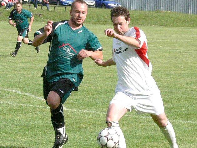Útočník Nové Bystřice Jiří Havel (vpravo) se postaral o jediný střelecký zápis v utkání svého týmu proti Trhovým Svinům.