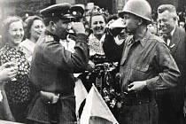Písek, přípitek amerického a sovětského vojáka, 10. května 1945