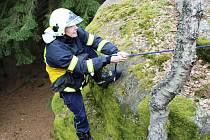Hradečtí dobrovolní hasiči absolvovali lezecký výcvik na skálách v Hradišti.