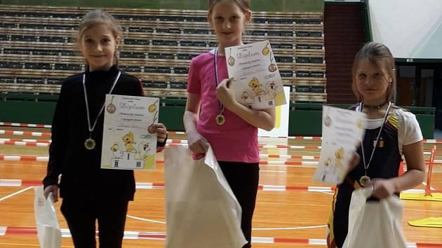 Závod v kategorii dívek - elévů 2008 na Hané vyhrála Adéla Hrůšová (uprostřed) před svou oddílovou kolegyní z VK Vajgar Lucií Šoršovou (vlevo). Třetí skončila Jana Ráčková z Mělníka.