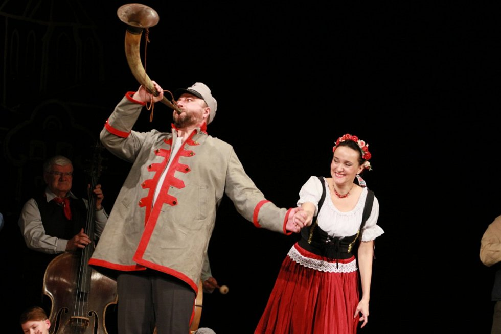 K 50. výročí první hry v kulturním domě nastudovali herci z Divadelního spolku J. K. Tyl veselohru Naši furianti.