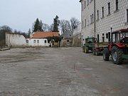 První dny rekonstrukce parkovací plochy ve dvoře jezuitské koleje v Jindřichově Hradci.