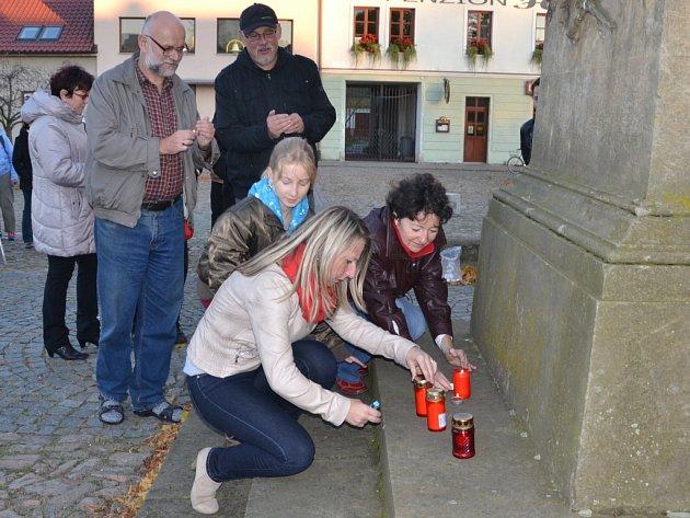 K POMNÍKU BOLESLAVA JABLONSKÉHO, rodáka z Kardašovy Řečice v sobotu přišlo s Deníkem zapálit svíčku a uctít jeho památku na třicet lidí.