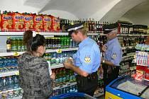 Jindřichohradečtí strážníci při kontrole v prodejně potravin (archiv).