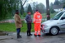 V Jindřiši - místní části obce Rodvínov se v pondělí odpoledne vylil Hamerský potok a voda se dostala přes silnici k několika objektům.