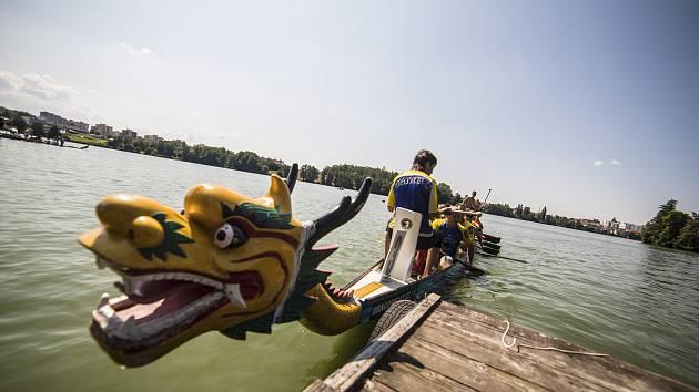 V sobotu se na Vajgaře uskutečnil první ročník závodů dračích lodí Vajgarská saň. Foto: Martin Kozák