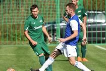 Třeboňští fotbalisté (v modrých dresech) prohráli ve 4. kole KP v Lažištích 2:3.